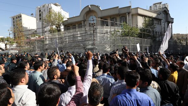 Iranian protesters shout slogans during a demonstration against Saudi Arabia outside its embassy in Tehran on September 27, 2015 - Sputnik Italia