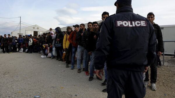 Refugees and migrants line up inside a camp, as they wait to cross Greece's border with Macedonia near the Greek village of Idomeni, November 10, 2015 - Sputnik Italia