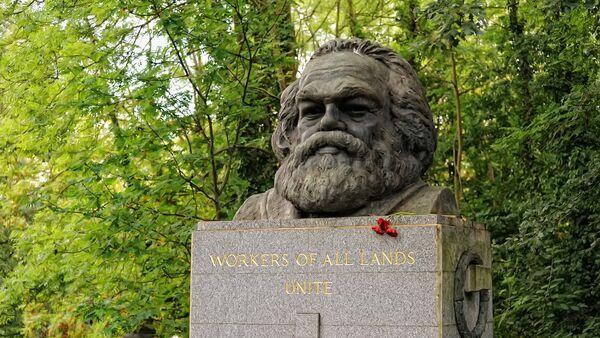Il monumento alla tomba di Karl Marx a Londra. - Sputnik Italia