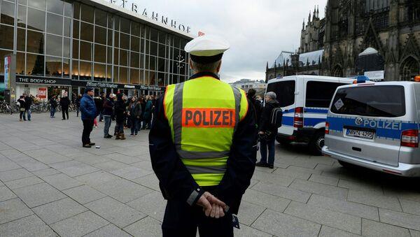 Немецкий полицейский напротив центрального железнодорожного вокзала и собора в Кельне, Германия - Sputnik Italia