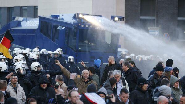 Cannoni ad acqua contro manifestanti anti-clandestini a Colonia - Sputnik Italia