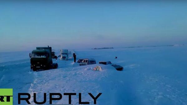 Le ruspe salvano le auto dalla neve - Sputnik Italia
