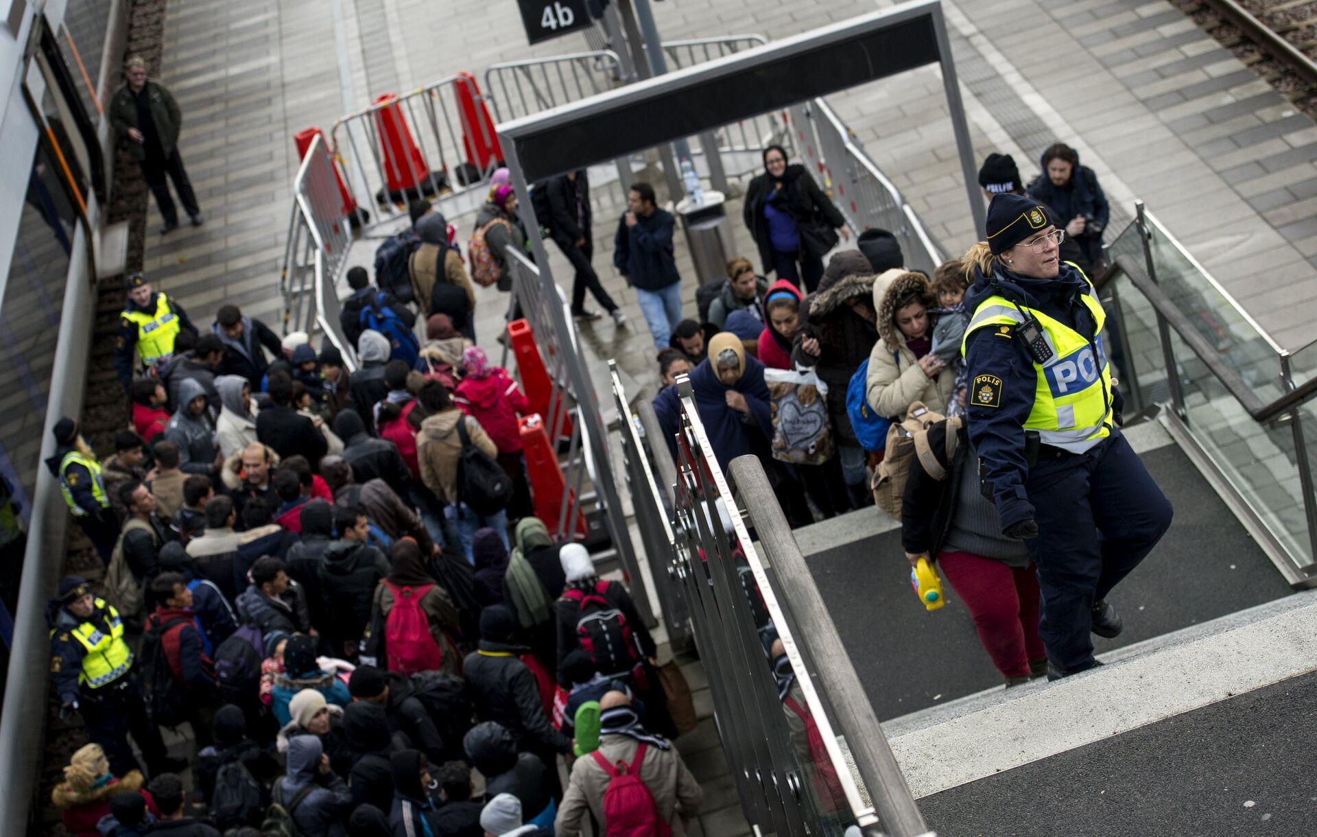 Rifugiati siriani all'arrivo in una stazione nell'autunno del 2015 - Sputnik Italia, 1920, 11.10.2021