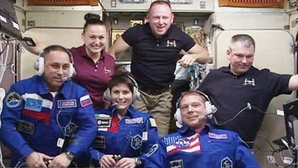 In questa immagine di NASA-TV i  membri  di Expedition 42:  Anton Shkaplerov, Samantha Cristoforetti,Terry Virts in basso; in alto Elena Serova,Barry Wilmore e Alexander Samokutyaev - Sputnik Italia