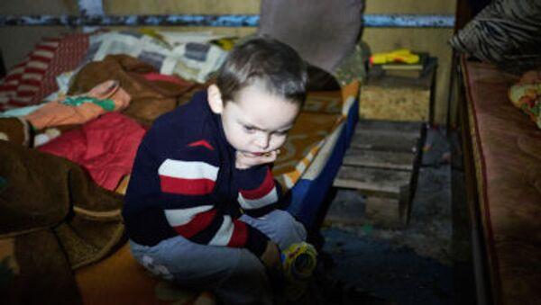 Il bambino di 3 anni in nascondiglio sotterraneo a Donbass - Sputnik Italia