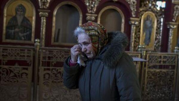 Плачущая женщина в разрушенной церкви в Донецке - Sputnik Italia