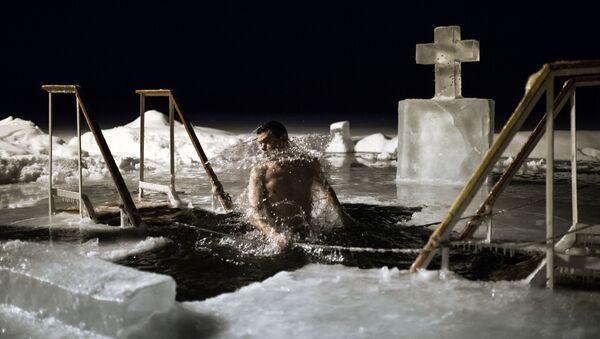 Il Battesimo, insieme alla Pasqua, è una delle più antiche feste cristiane. Bagni in un lago presso il monastero Valday Iversky a Valday, Russia. - Sputnik Italia