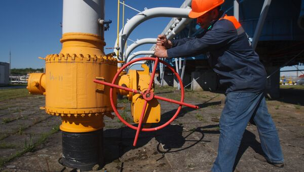An employee tightens the valve on a pipeline at the Bilche-Volytsko-Uherske underground gas storage facility, the largest in Europe, not far from the village of Bilche village, in the Lviv region of western Ukraine, on May 21, 2014 - Sputnik Italia