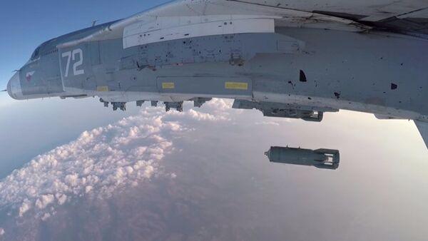 Su-24M decolla dalla base aerea Hmeimim - Sputnik Italia