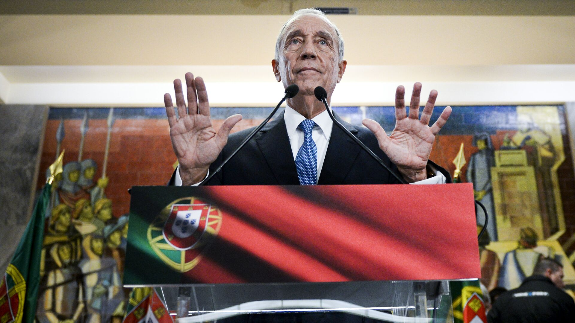 Marcelo Rebelo de Sousa gestures as he delivers a speech after winning the Portugal's Presidencial Election in Lisbon on January 24, 2016 - Sputnik Italia, 1920, 22.09.2021