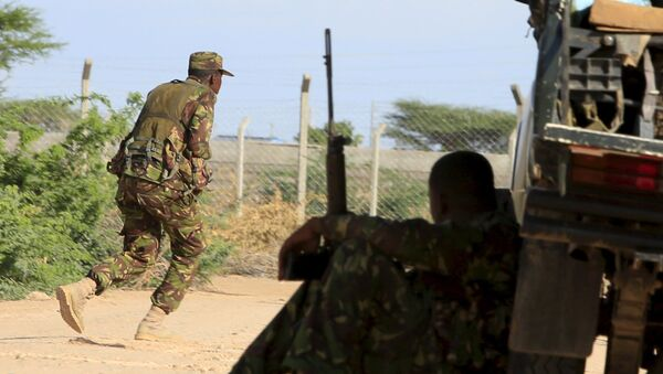 A Kenya Defense Force soldier runs for cover near the perimeter wall where attackers are holding up at a campus in Garissa - Sputnik Italia