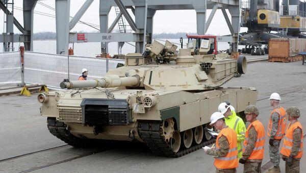 Il carro armato Abrams nel porto di Riga dove e`arrivato per far parte di esercitazione della NATO  - Sputnik Italia