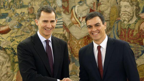 Il re di Spagna Filippo VI e Pedro Sanchez, leader del partito socialista spagnolo - Sputnik Italia