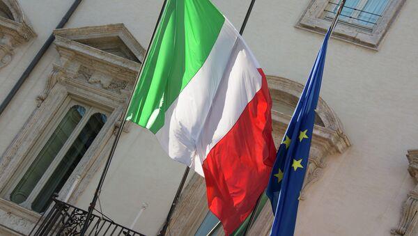 Bandiere dell'Italia e dell'UE - Sputnik Italia