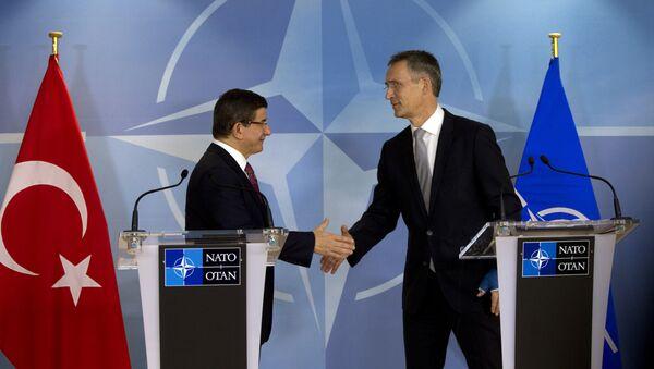 Il premier turco Ahmet Davutoglu e il segretario generale della NATO Jens Stoltenberg - Sputnik Italia