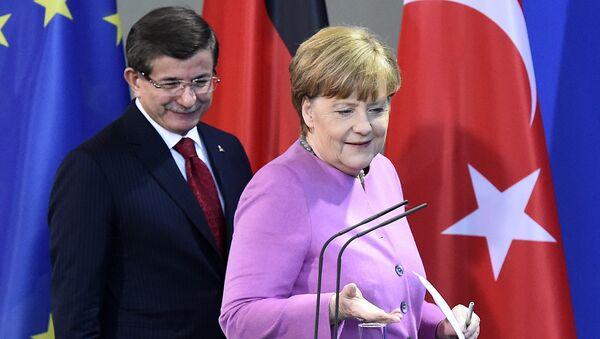 Ahmet Davutoglu e Angela Merkel - Sputnik Italia