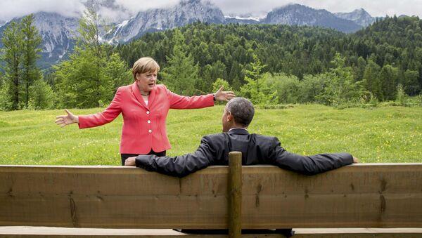 German Chancellor Angela Merkel speaks with U.S. President Barack Obama outside the Elmau castle in Kruen near Garmisch-Partenkirchen, Germany, June 8, 2015. - Sputnik Italia