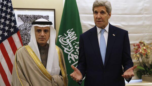 Il ministro degli esteri saudita Adel al-Jubeir e il Segretario di stato americano John Kerry - Sputnik Italia