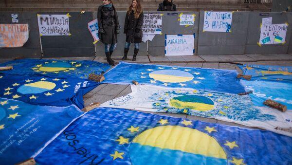 Bandiere dell'Ucraina e dell'UE - Sputnik Italia