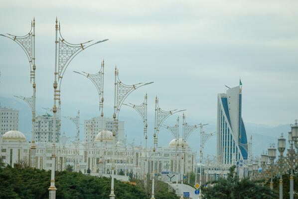 Ashgabat, veduta di uno degli enormi viali del centro città. Sullo sfondo il Palazzo del Consiglio dei Saggi - Sputnik Italia