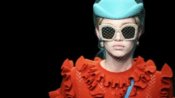 Модель демонстрирует одежду из коллекции Gucci на Миланской неделе моды в Италия - Sputnik Italia