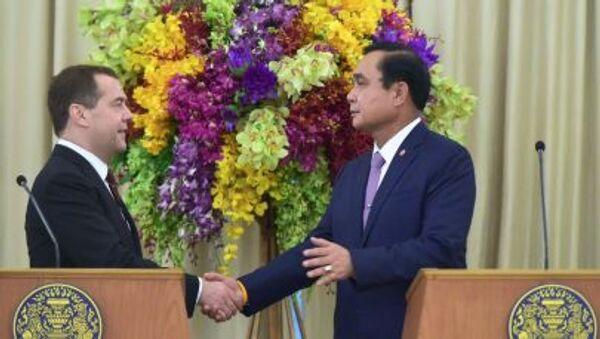 Премьер-министр России Дмитрий Медведев и премьер-министр Таиланда Прают Чан-Оча на пресс-конференции по итогам российско-тайландских переговоров в Бангкоке - Sputnik Italia
