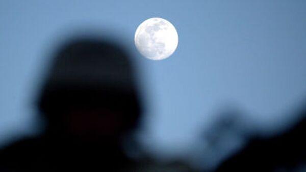 Un uomo gurda alla luna - Sputnik Italia