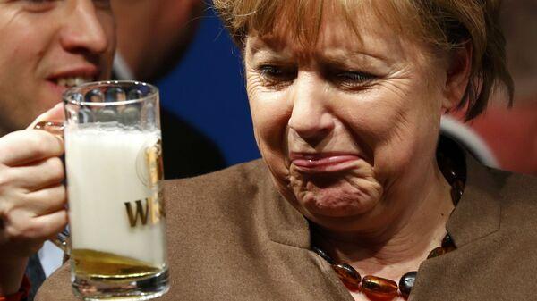 Канцлер Германии Ангела Меркель пьет пиво на встрече Христианско-демократического союза Германии в городе Фолькмарзен - Sputnik Italia