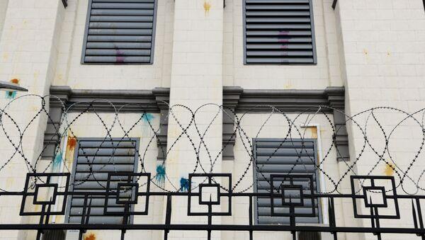 Facciata dell'Ambasciata russa a Kiev imbrattata di vernice e uova - Sputnik Italia