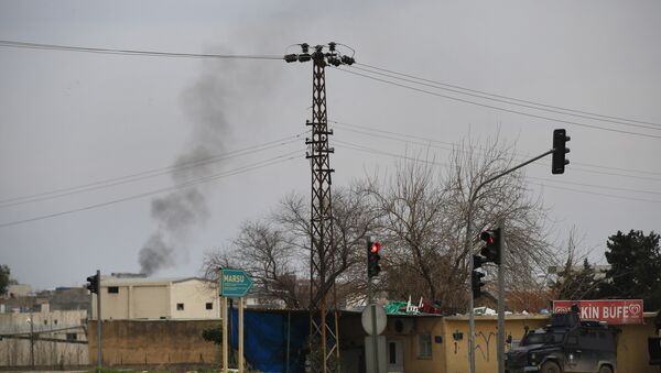 Smoke billows from a fire at the southeastern town of Nusaybin, Turkey, near the border with Syria, where Turkish security forces are battling militants linked to the Kurdistan Workers Party or PKK, Sunday, Feb. 14, 2016. - Sputnik Italia