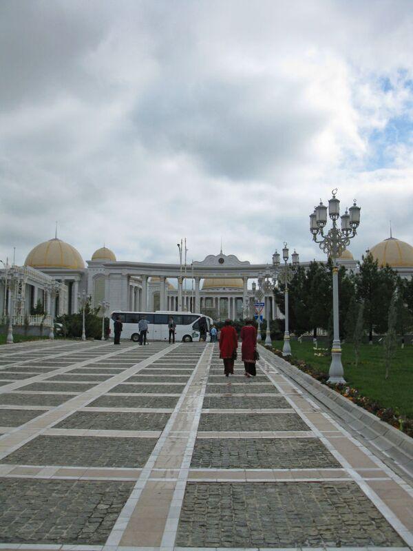 Ashgabat, studentesse a passeggio nel giardino del centro di Cultura Turkmeno - Sputnik Italia