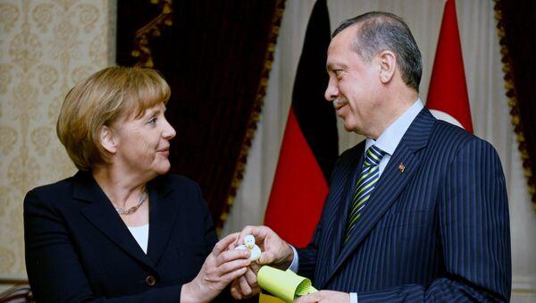 Angela Merkel e Recep Tayyip Erdogan si scambiano dei doni...alla Turchia i soldi, all'Europa? - Sputnik Italia