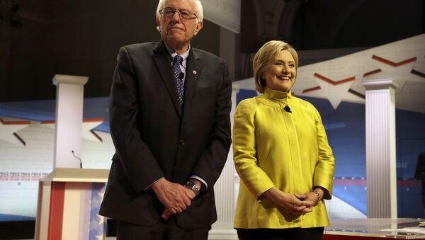Democratic presidential candidates Sen. Bernie Sanders and Hillary Clinton - Sputnik Italia