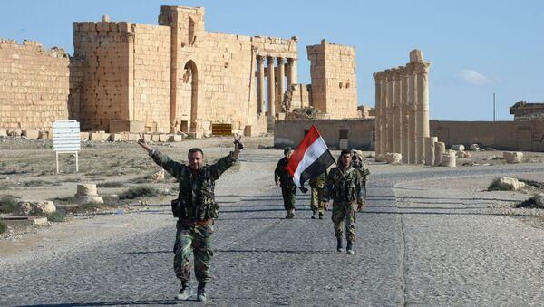 Soldati siriani tra le rovine di Palmira liberata - Sputnik Italia