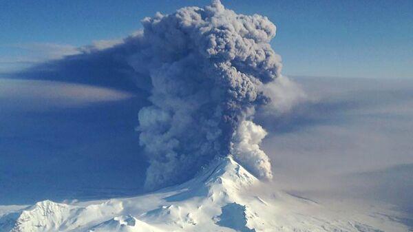 Извержение вулкана Павлова на Алеутских островах - Sputnik Italia