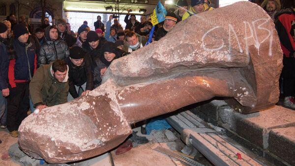Demolizione statua di Lenin, Ucraina - Sputnik Italia