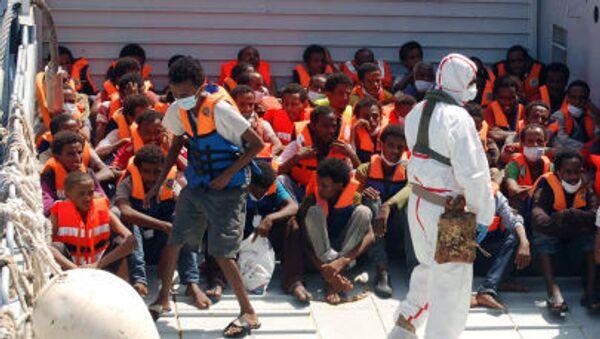 i migranti dopo aver attraversato il canale di Sicilia arrivano nel porto di Lampedusa - Sputnik Italia