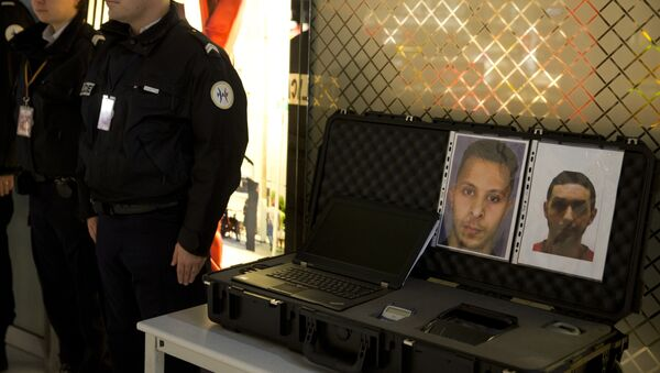 Police officers stand next to the wanted notice of terrorist Salah Abdeslam (L) and Mohamed Abrini on December 3, 2015 at the Roissy-Charles-de-Gaulle airport in Roissy-en-France, outside Paris. - Sputnik Italia