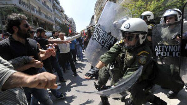Столкновение демонстрантов с полицией Греции на ежегодном митинге в знак протеста против массовых убийств армян в Османской Турции в Салониках - Sputnik Italia