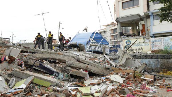 Police officers stand on debris after an earthquake struck off Ecuador's Pacific coast, at Tarqui neighborhood in Manta April 17, 2016 - Sputnik Italia