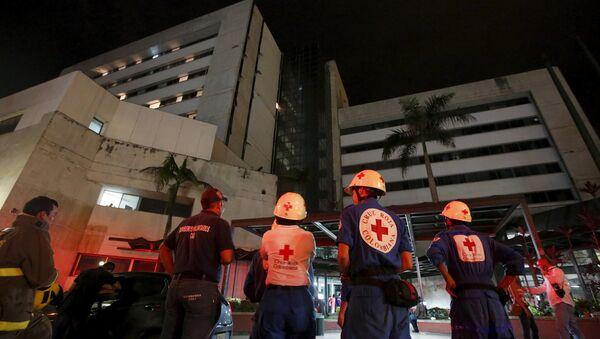 Soccorritori dopo il terremoto in Ecuador - Sputnik Italia