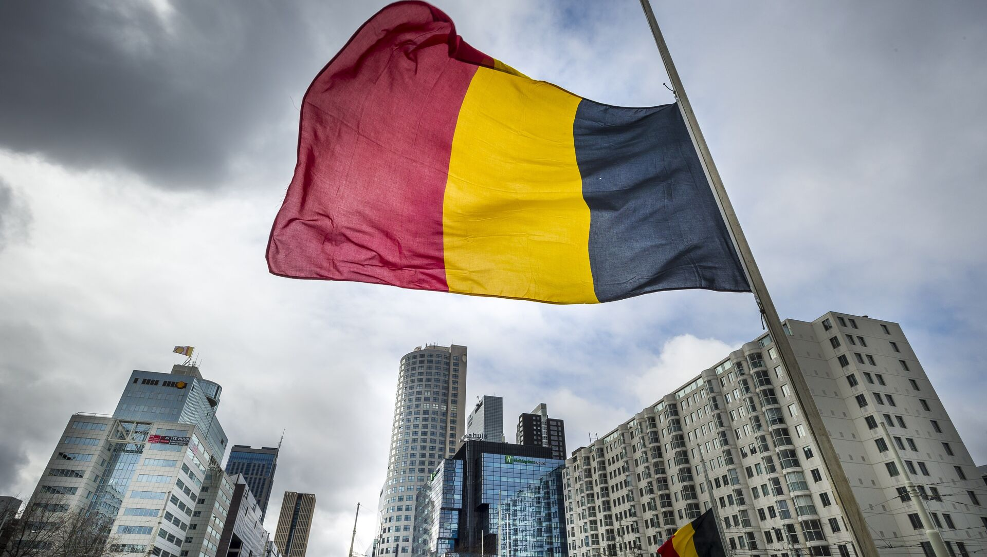 The Belgian flag flying at half-mast is pictured at the Hofplein in Rotterdam, on March 23, 2016. - Sputnik Italia, 1920, 29.04.2021