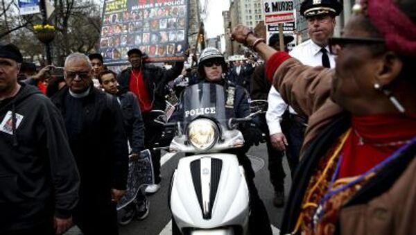 Демонстранты протестуют против жестокости полиции в Нью-Йорке - Sputnik Italia