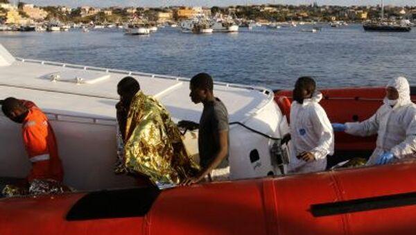 Migranti dopo lo sbarco al porto di Lampedusa. - Sputnik Italia