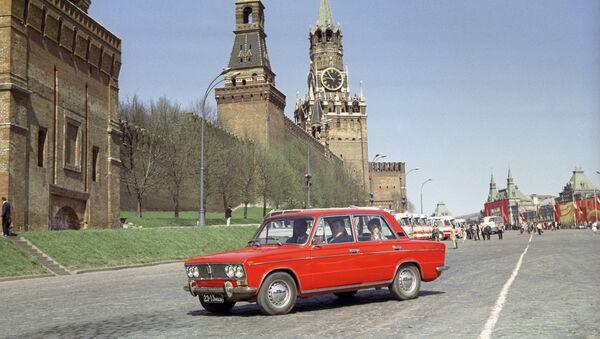 Una Fiat-124, diventata Zhiguli sulla piazza Rossa - Sputnik Italia