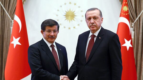 A handout image made available by the Turkish Presidential Press Office on January 29, 2015, shows Turkish President Recep Tayyip Erdogan (R) shaking hands with Turkish Prime Minister Ahmet Davutoglu at Presidential Palace in Ankara. - Sputnik Italia