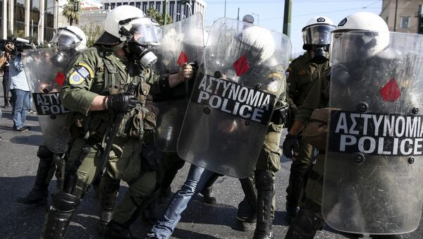 Policemen detain a farmer during an anti-government protest at central Syntagma square in Athens - Sputnik Italia