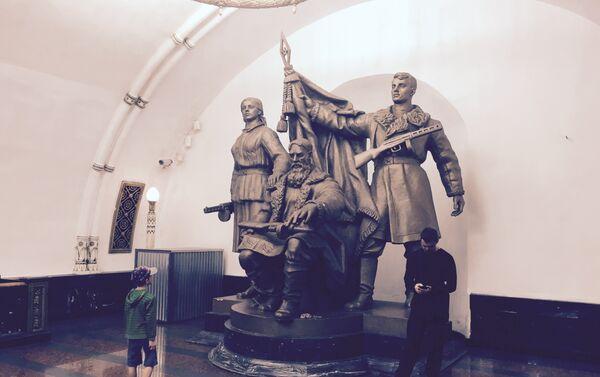 Un monumento nella metro di Mosca - Sputnik Italia