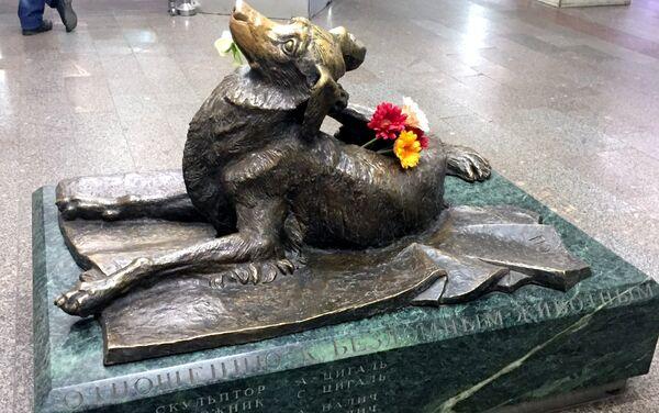 Il monumento Compassione dedicato agli animali randagi, alla stazione Mendeleevskaja della metro di Mosca - Sputnik Italia