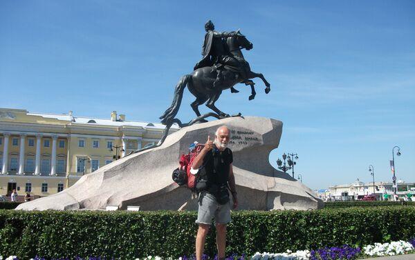 Pier Luigi Delvigo di fronte al cavaliere di bronzo, un monumento dedicato a Pietro I il Grande, San Pietroburgo - Sputnik Italia